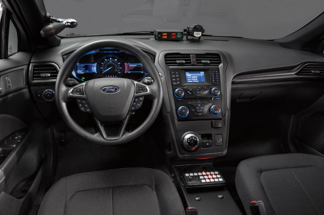 viatura ford police responder hybrid sedan cabine Animação mostra evolução dos modelos especiais de viatura da Ford, que receberam melhorias mecânicas até chegarem aos carros híbridos.