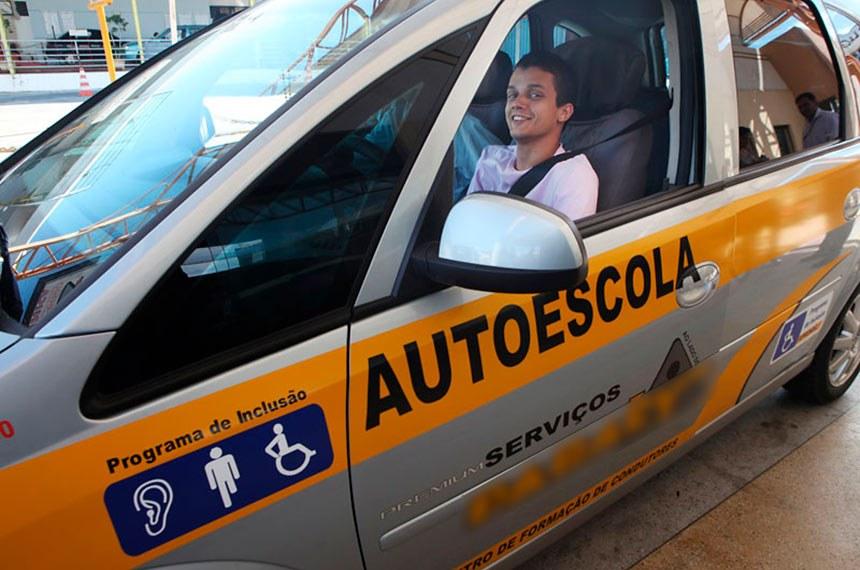 Projeto de Lei do Senado quer que autoescolas com mais de 10 veículos tenham pelo menos um dos carros adaptados para pessoas com deficiência.