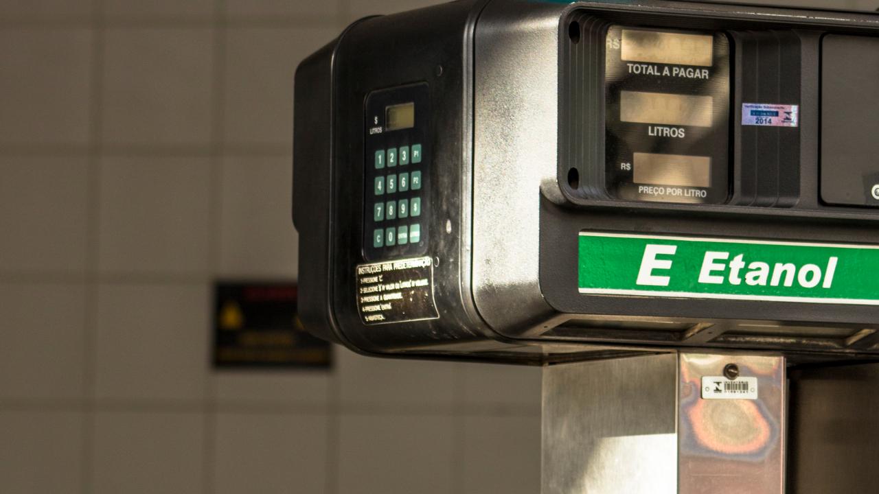 bomba combustivel alcool etanol aditivado shutterstock