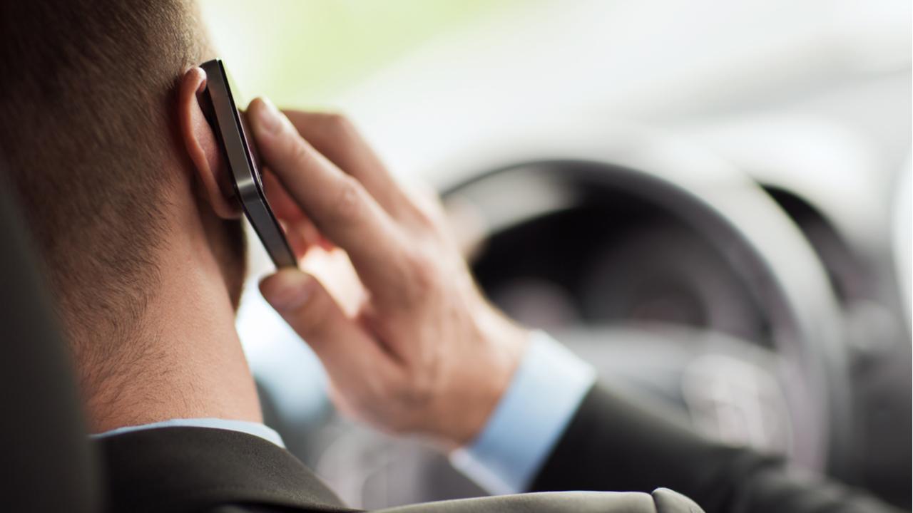 dirigir telefone volante celular shutterstock