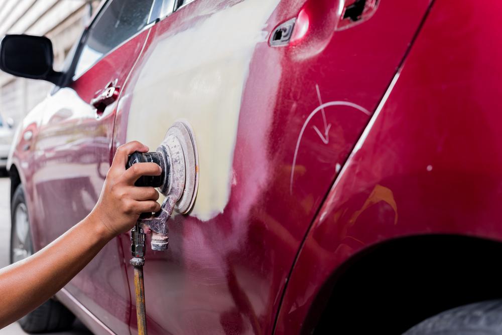 Especialista realizando o trabalho de lanternagem no automóvel peças de carros