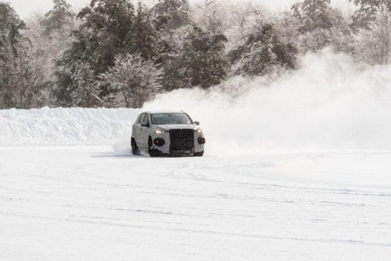 suv do mustang carro eletrico na neve 11