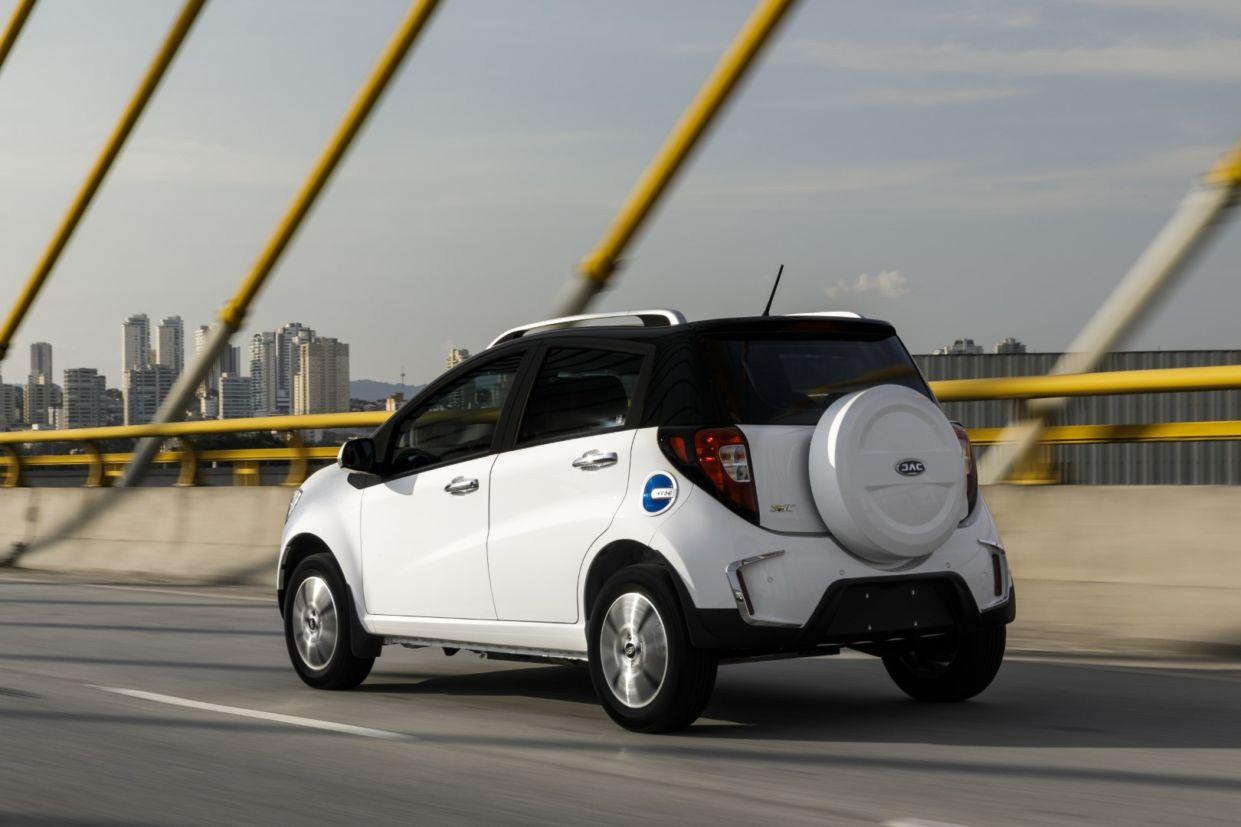 jac iev20 A JAC fez uma grande aposta nos veículos elétricos para o Brasil, e passará a vender cinco novos modelos, incluindo SUVs, picape e caminhão.