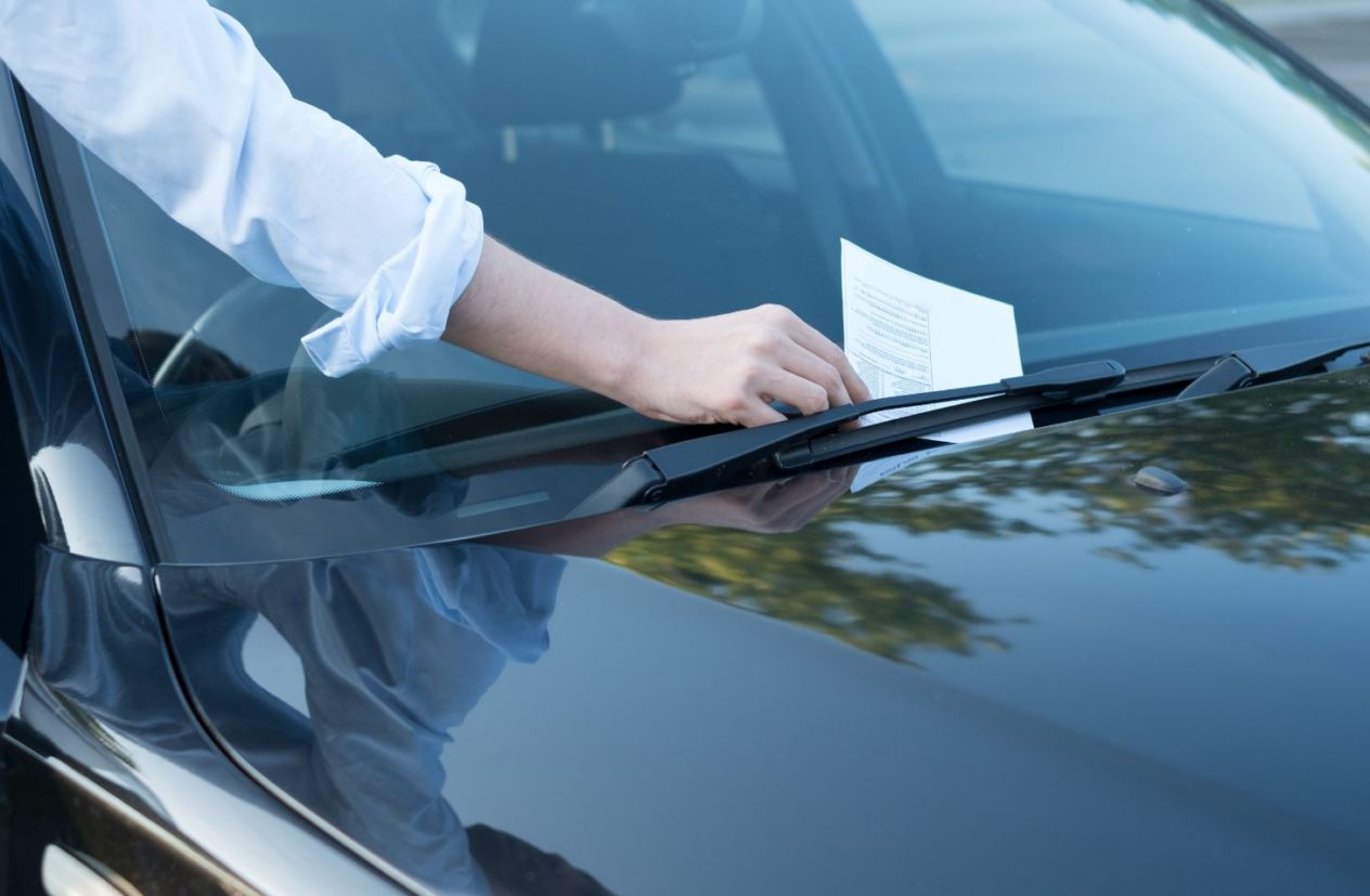 Homem pega advertência por escrito no para-brisa do carro