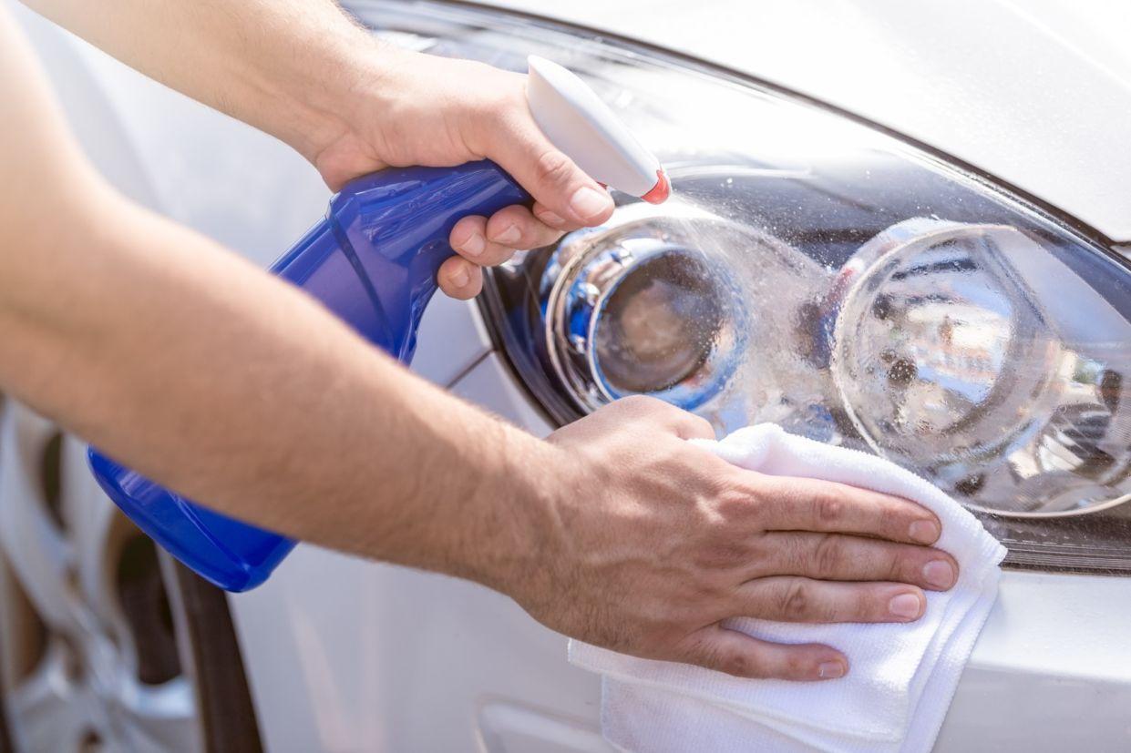 polimento-de-farois-limpe-as-lentes-com-agua Como polir farol: guia passo a passo e materiais necessários