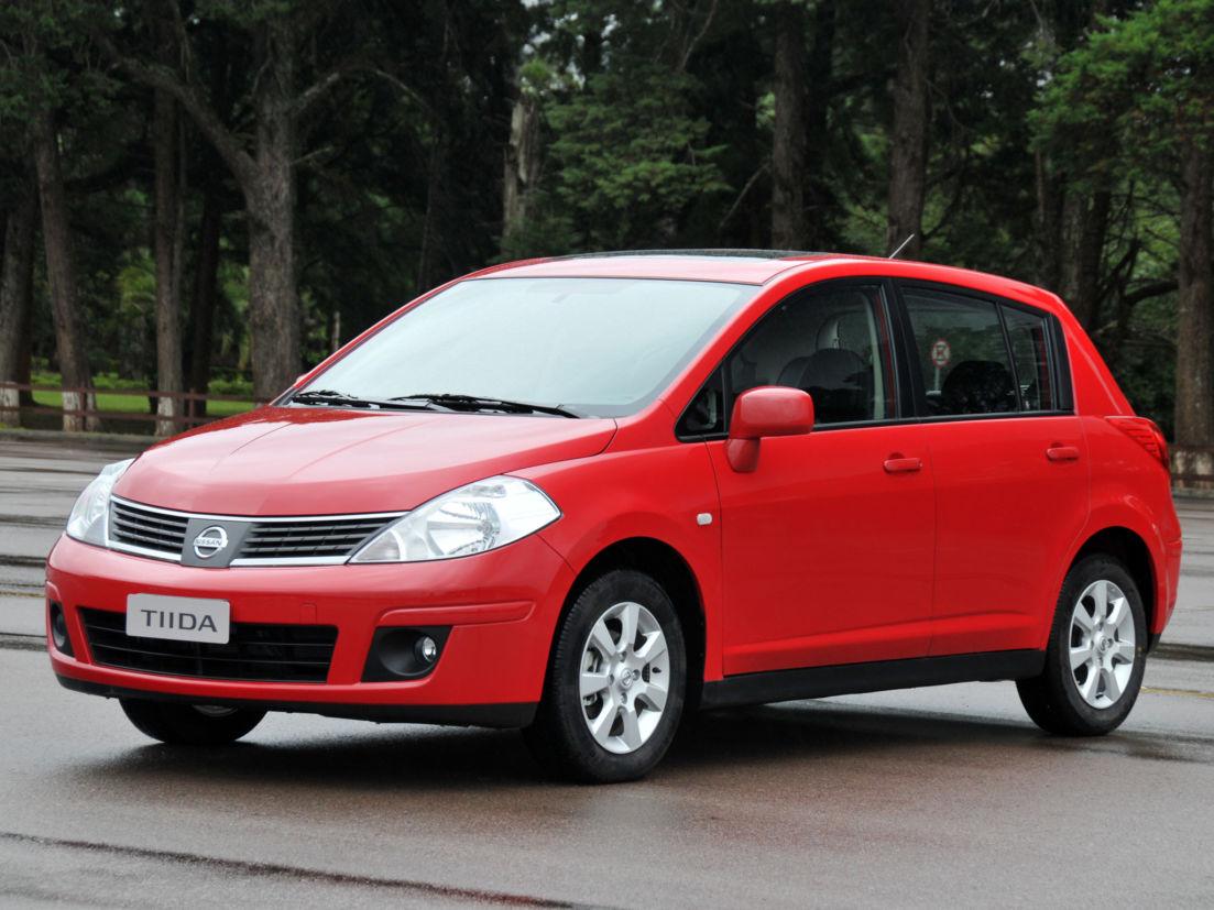 nissan tiida hatchback vermelho de frente carros ate 20 mil