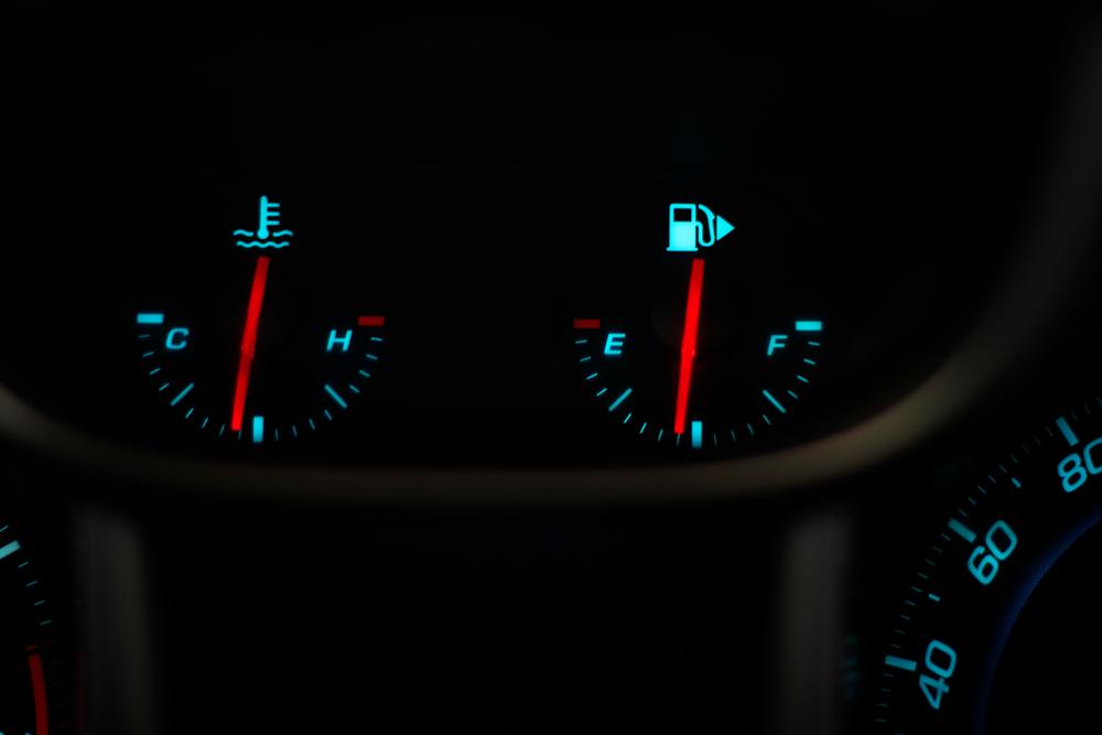 luz azul no painel carro temperatura shutterstock