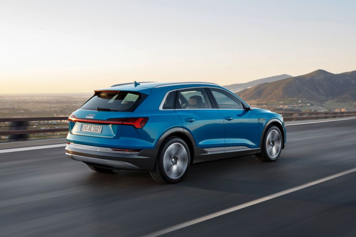 Imagem traseira do novo Audi e-Tron na cor azul
