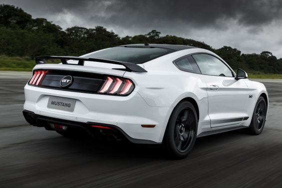 ford mustang black shadow traseira