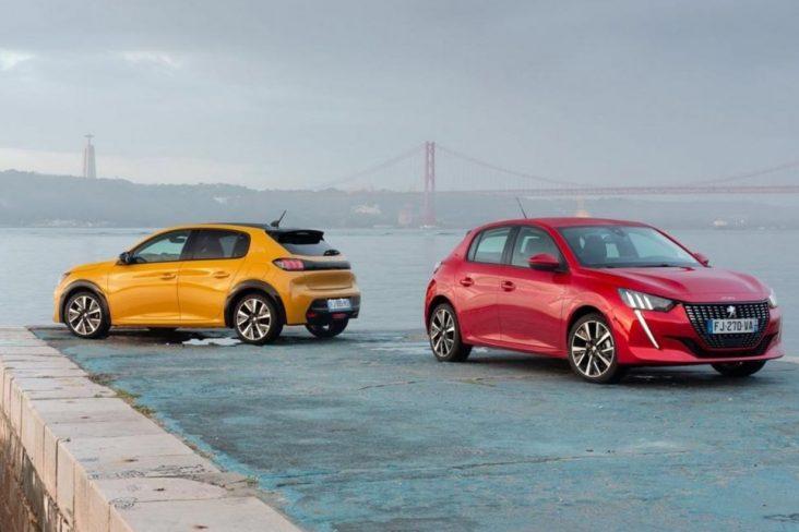 Vista da traseira e dianteira do novo Peugeot 208 nas cores amarelo e vermelho
