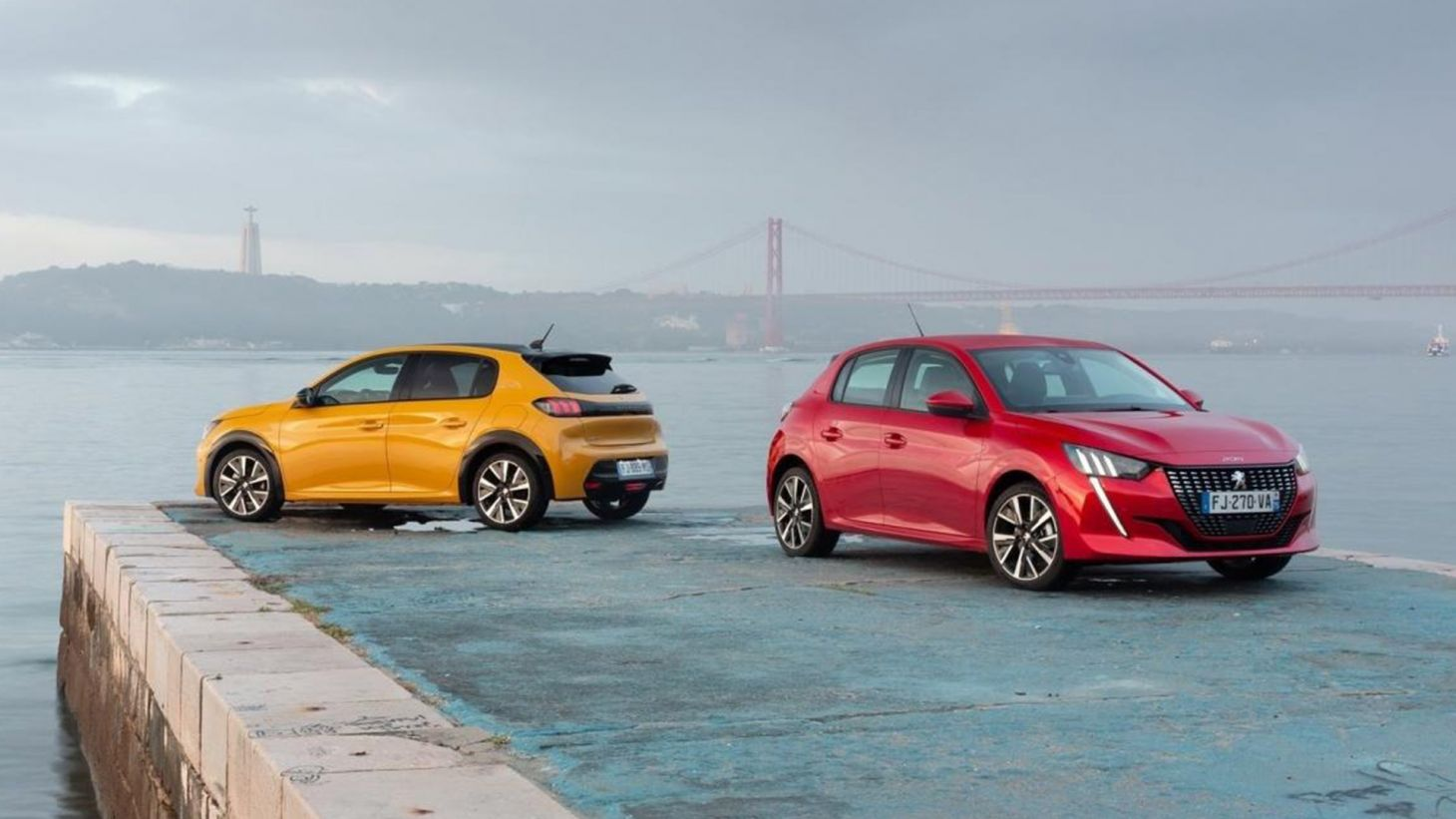 Novo Peugeot 208 nas cores amarela e vermelha visto de frente e traseira