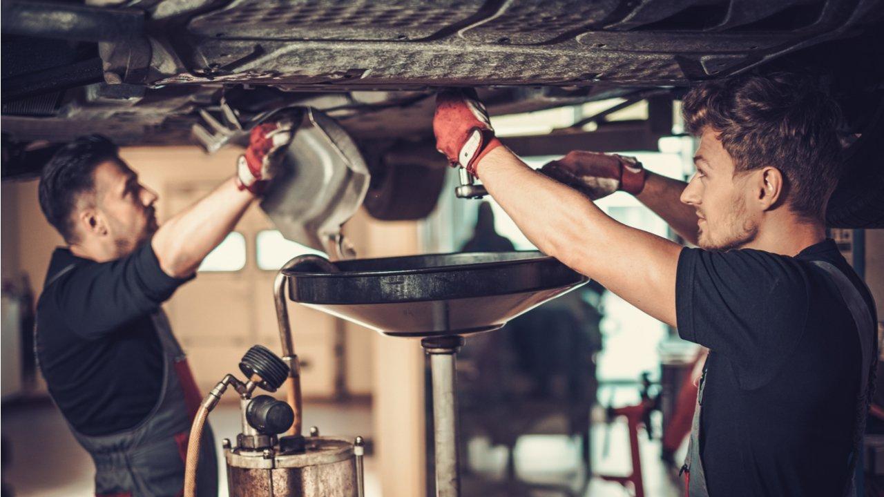 troca de oleo motor carro zero shutterstock