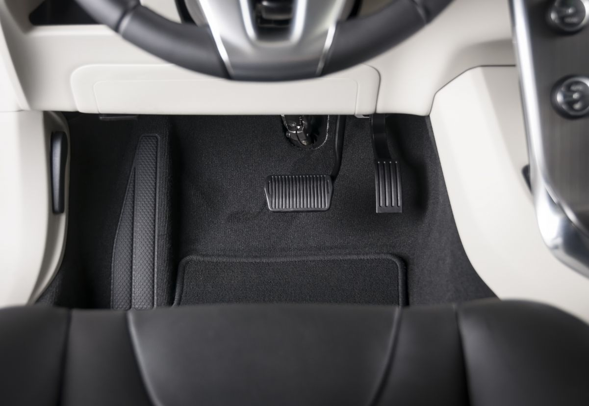 Boris explica como dirigir um carro automático corretamente. Pé esquerdo no freio é garantia de mais segurança e conforto.