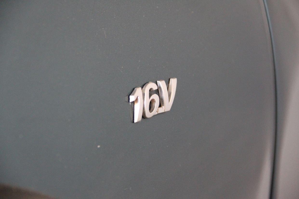 emblema identifica motor 16v em um Fiat Palio Adventure