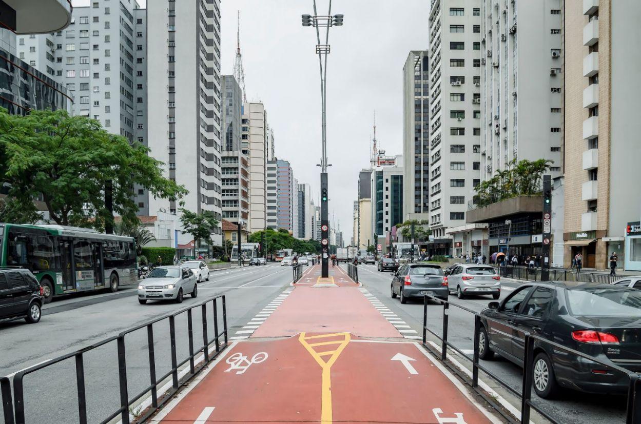 ciclovia e trânsito em grande avenida de sao paulo