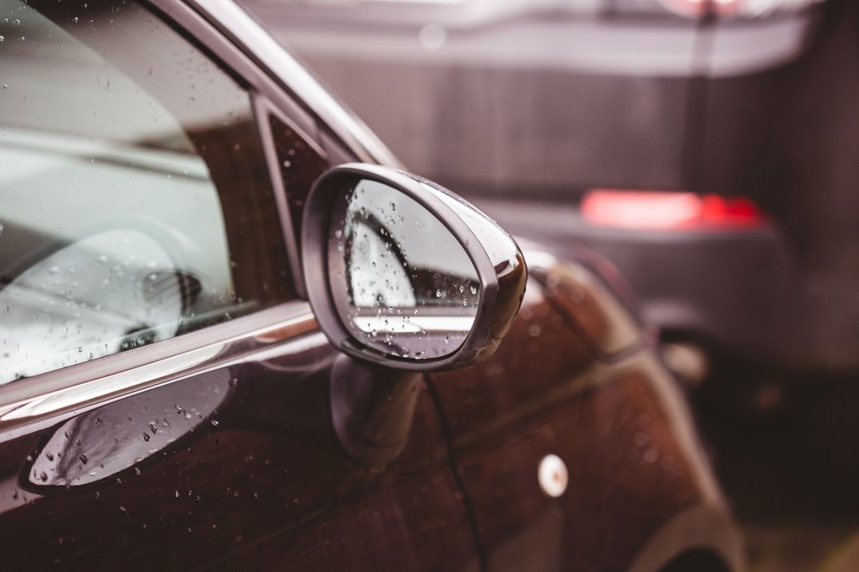 retrovisor-direito-carro Você nem sabia, mas esses 7 equipamentos de segurança só se popularizaram por força da lei