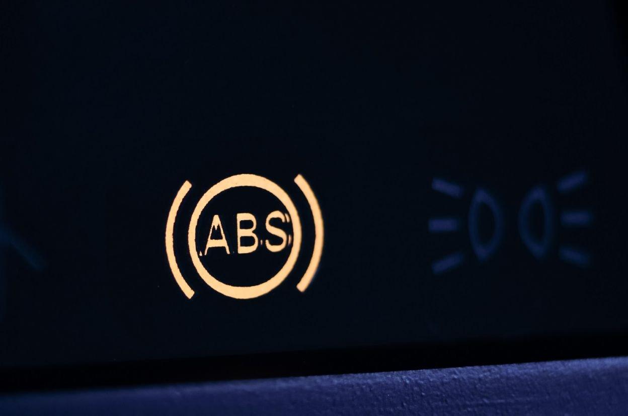 luz freio abs equipamentos de seguranca