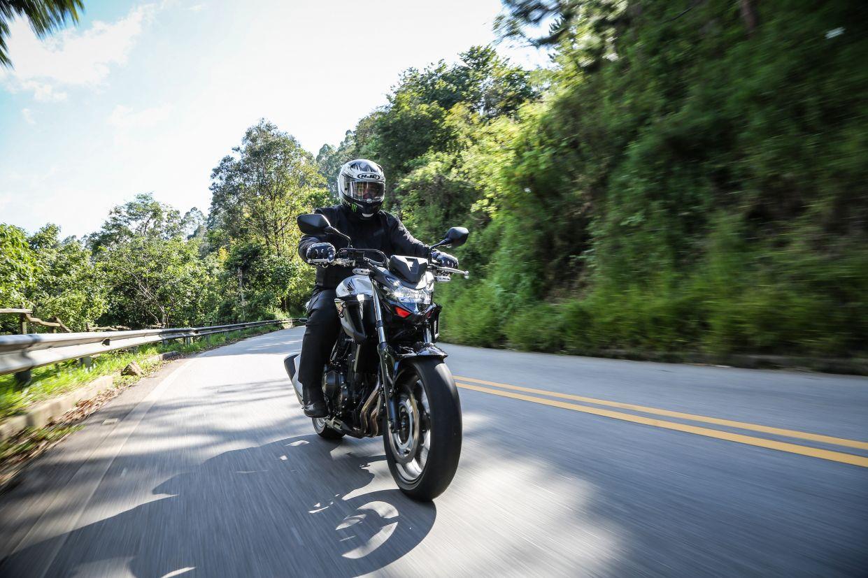 Honda CB 500F 2020 preta vista de frente