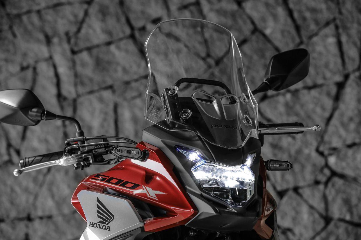 Farol de uma Honda CB 500X 2020 vermelha