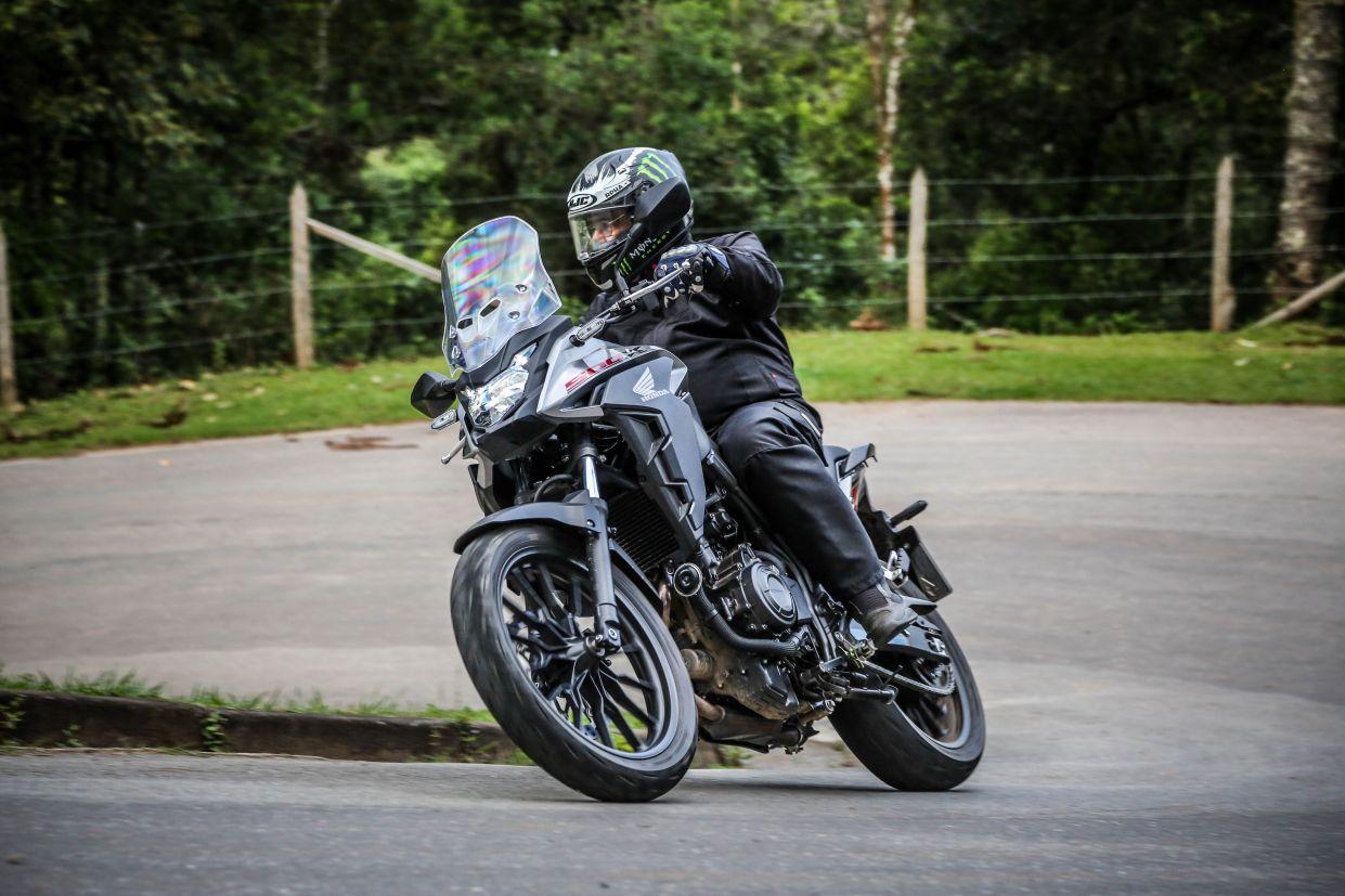 Honda CB 500X 2020 preta vista de frente
