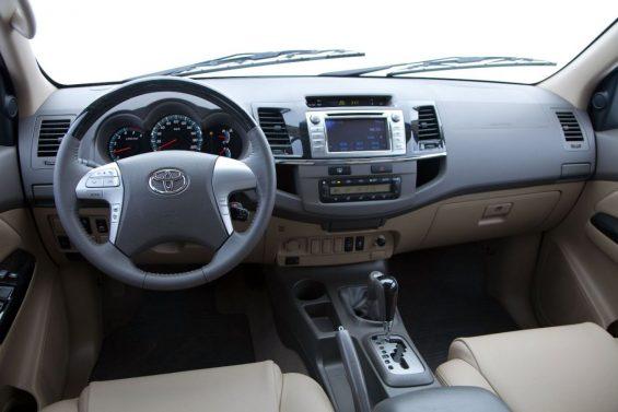 Toyota Hilux SW4 2012 a 2016: interior em couro bege
