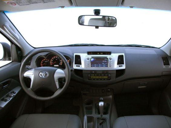 Toyota Hilux SW4 2012 a 2016: interior em couro cinza