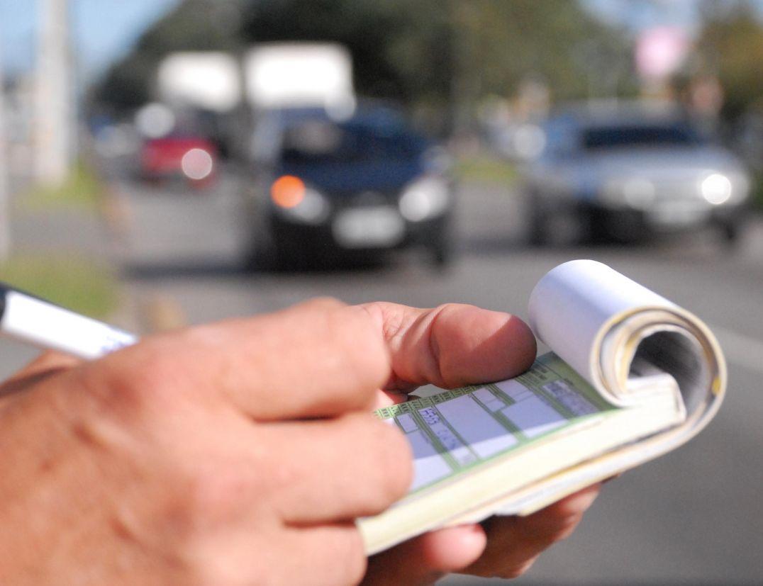 Pl - guarda de trânsito preenchendo bloco de multa na rua