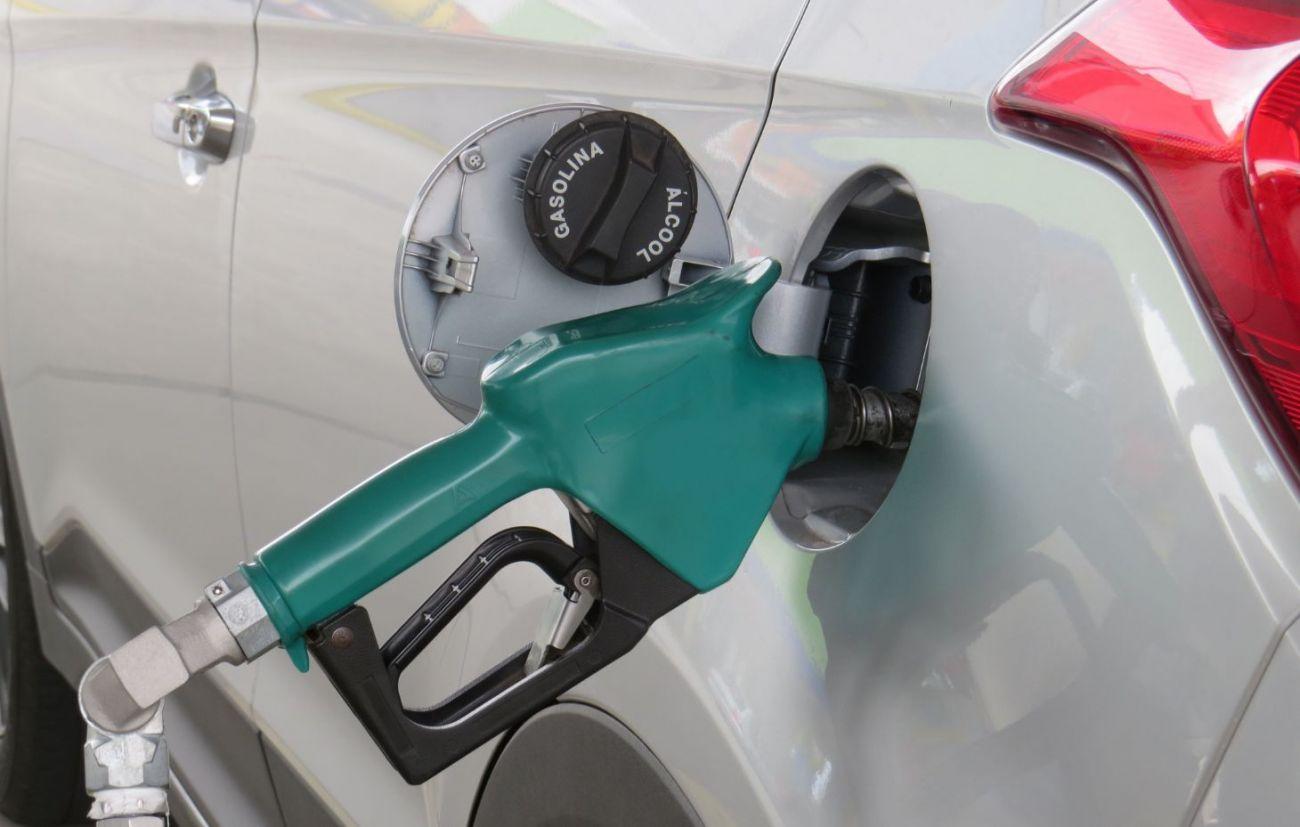 Bomba de combustível abastecendo o carro Chevrolet Celta