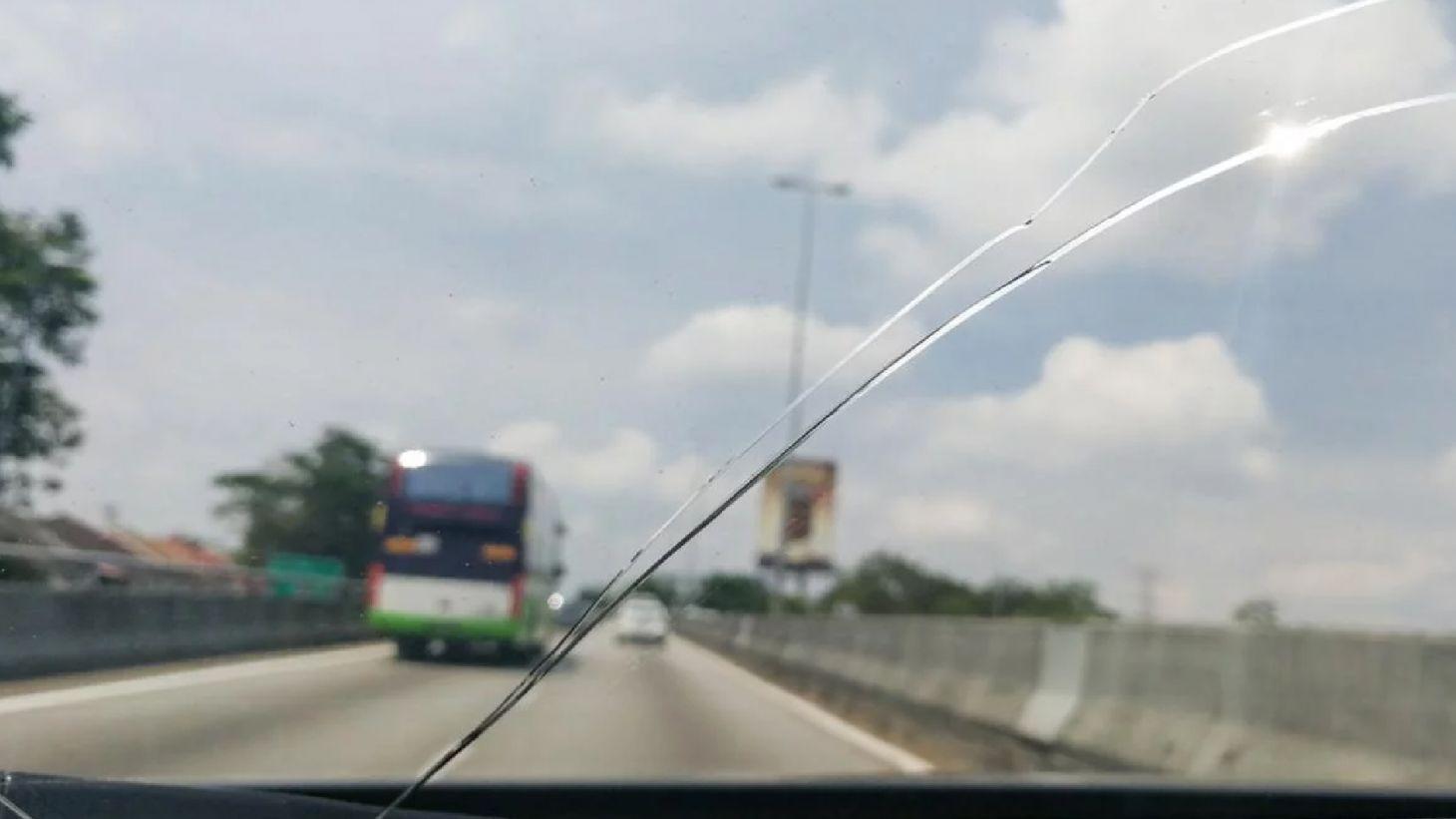 para brisa trincado no meio em uma rodovia