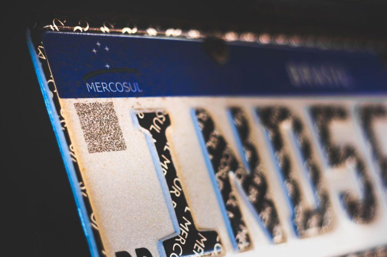 detalhe placa mercosul qrcode shutterstock