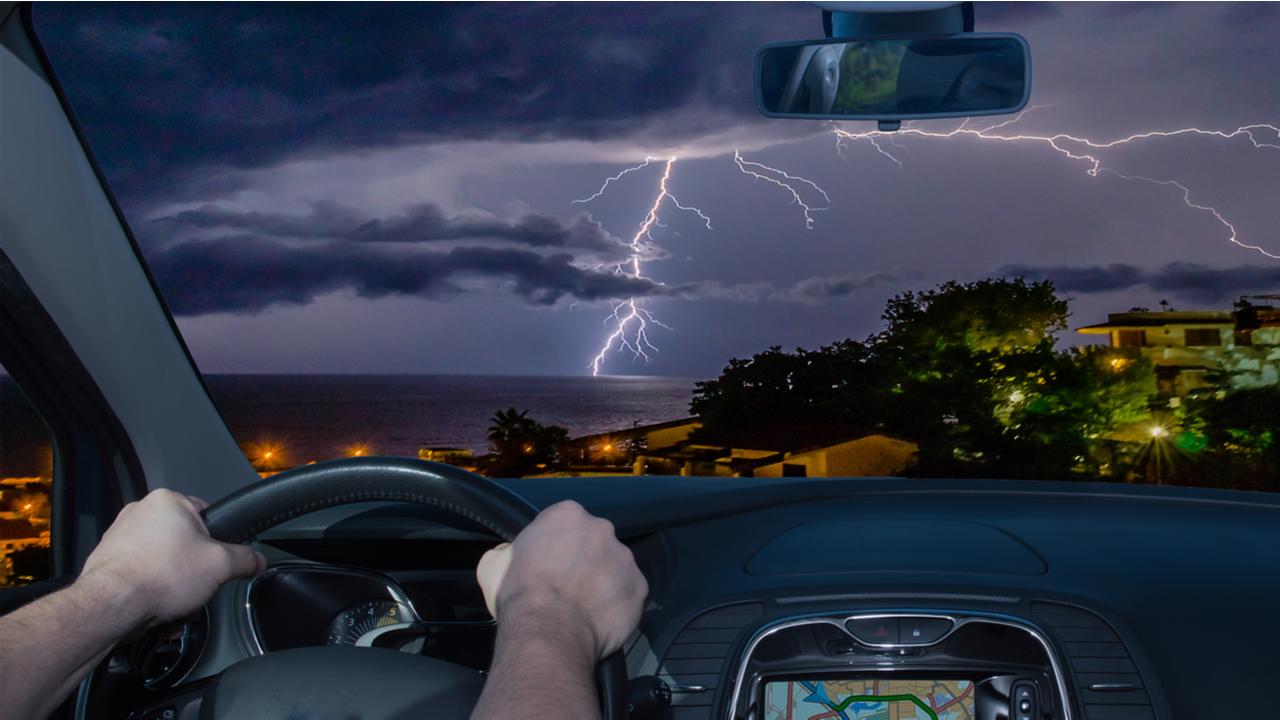 dirigindo carro eletrico na chuva riscos trecho alagado