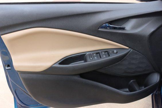 painel da porta dianteira do chevrolet onix 2020 hatch