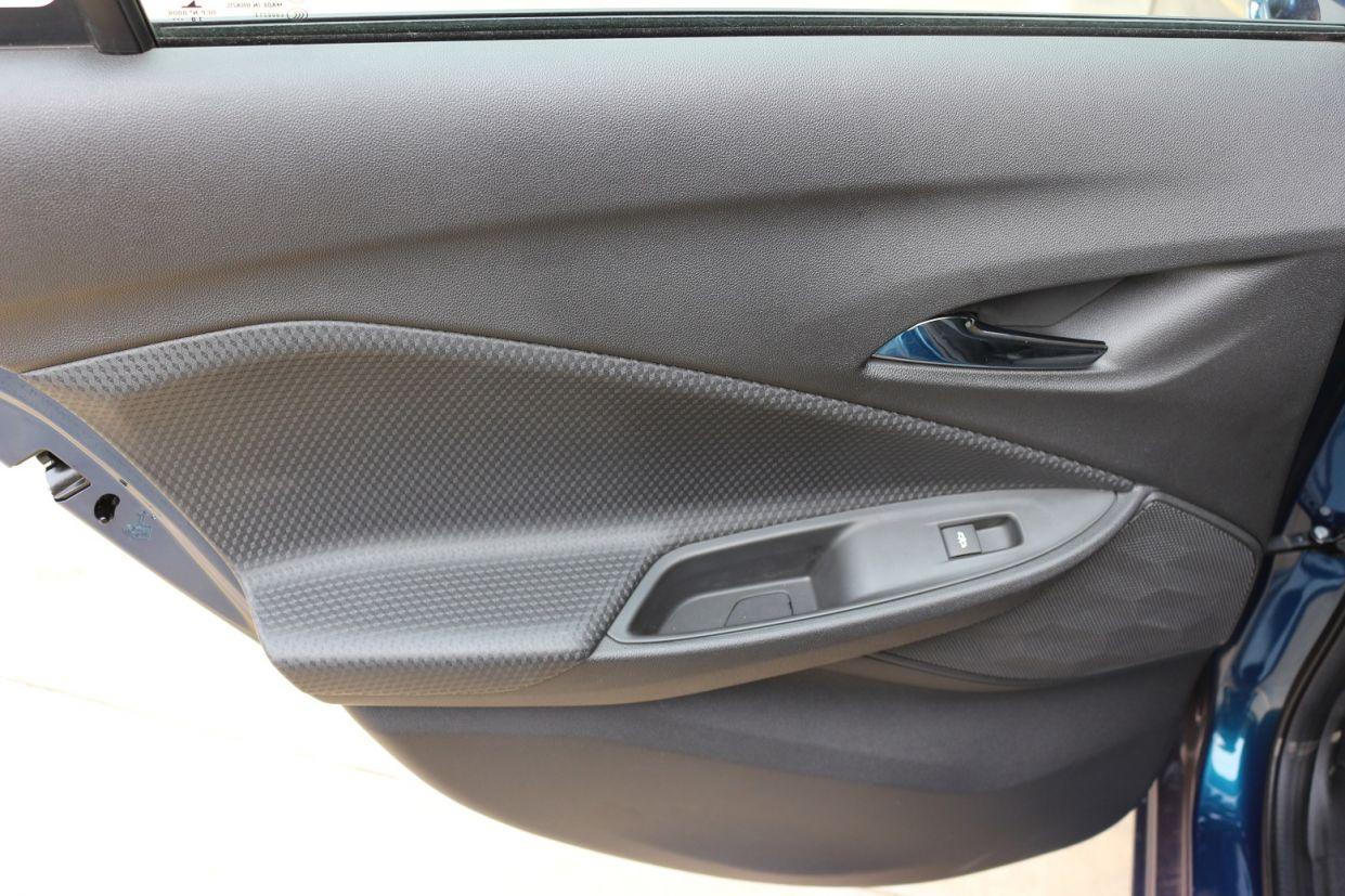 painel da porta traseira do chevrolet onix 2020 hatch