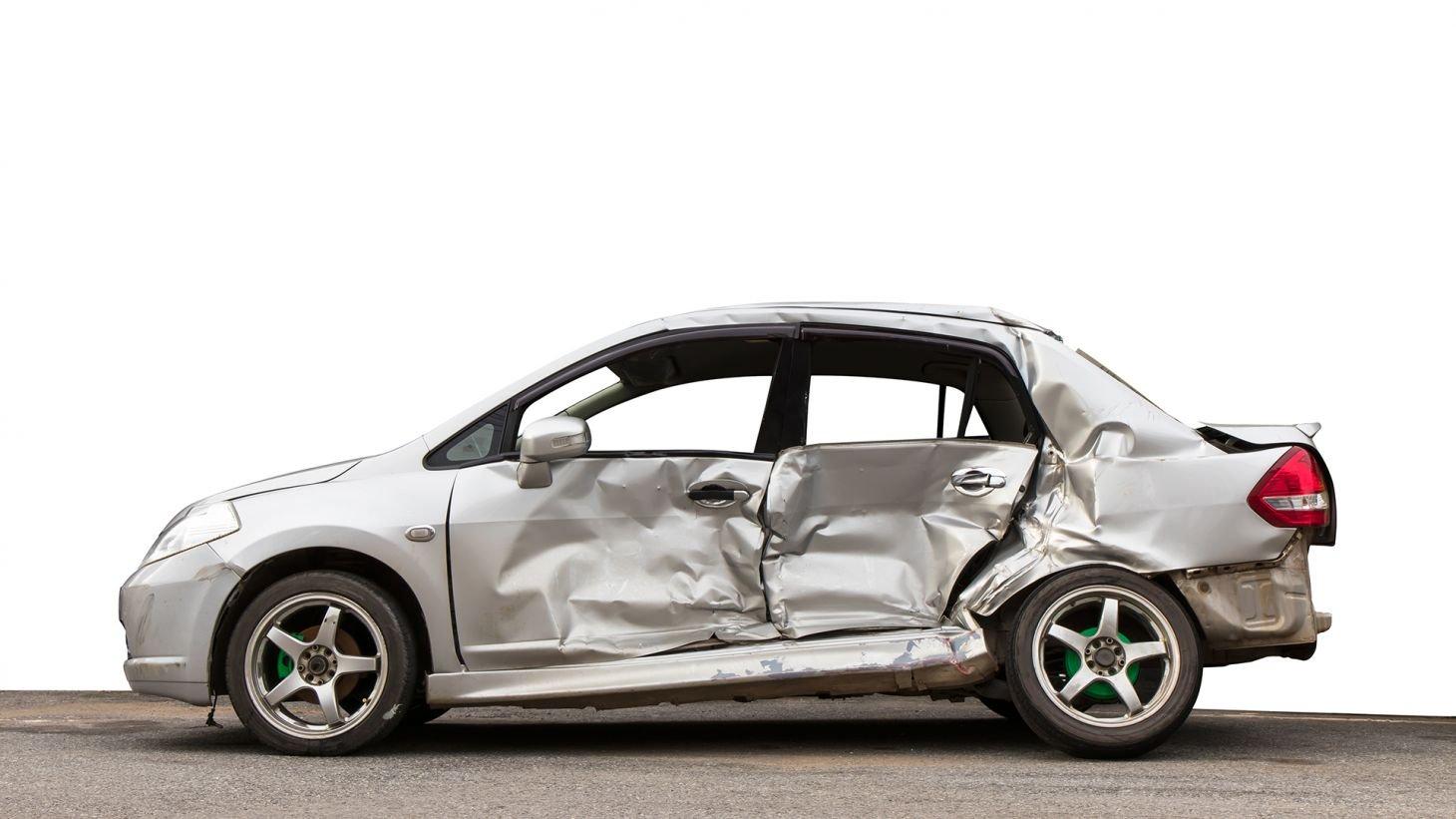 carro prateado visto de lado com marcas de colisao nas portas