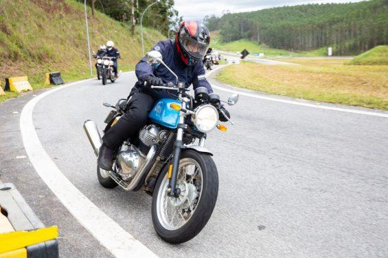 Royal Enfield Continental GT azul na estrada