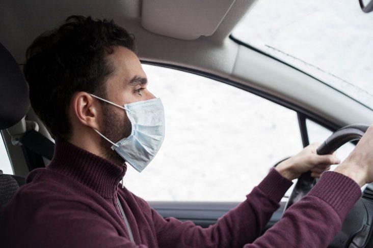 motorista usa mascara cirurgica para dirigir carro