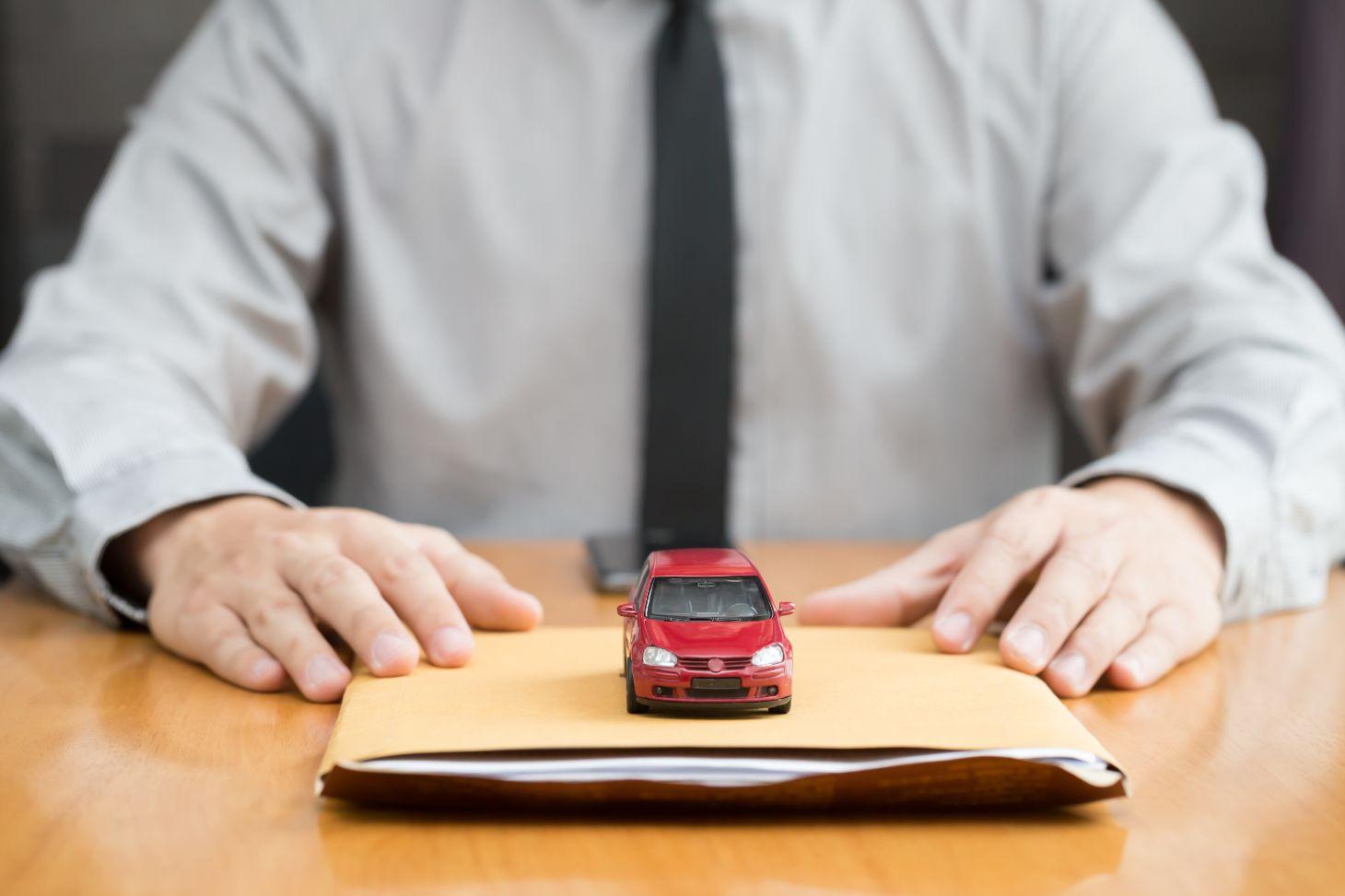 shutterstock apolice seguro auto documentos carro homem gravata camisa social