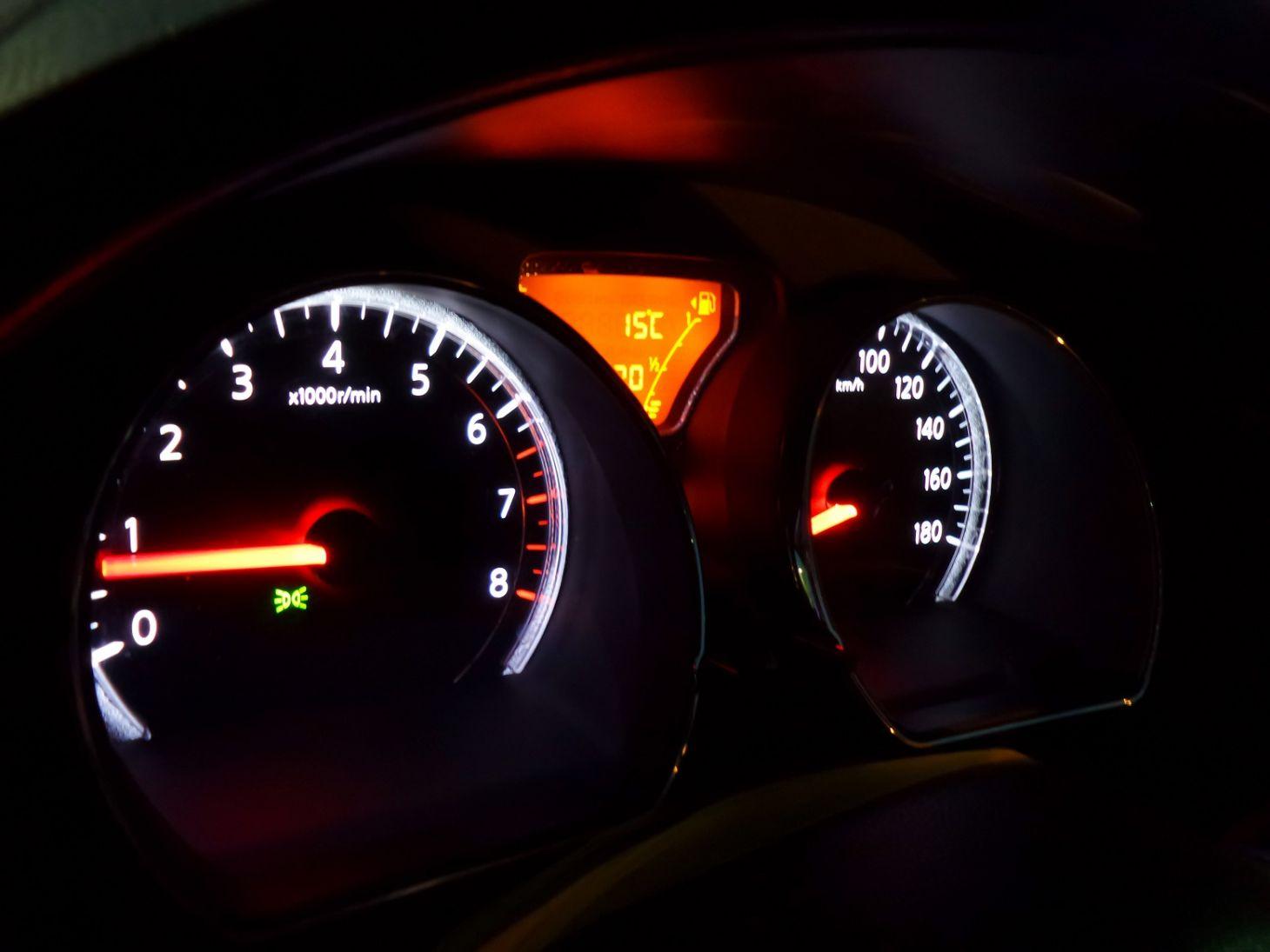 painel de carro com conta giros em destaque