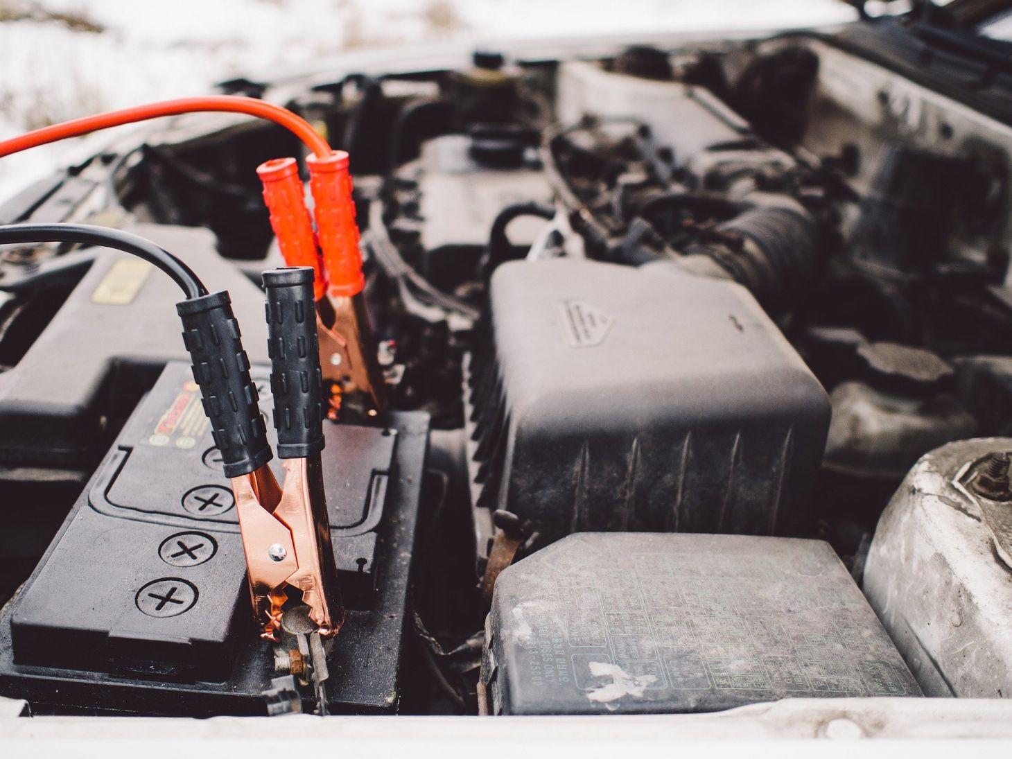 bateria no motor do carro tem cabos conectados para fazer chupeta