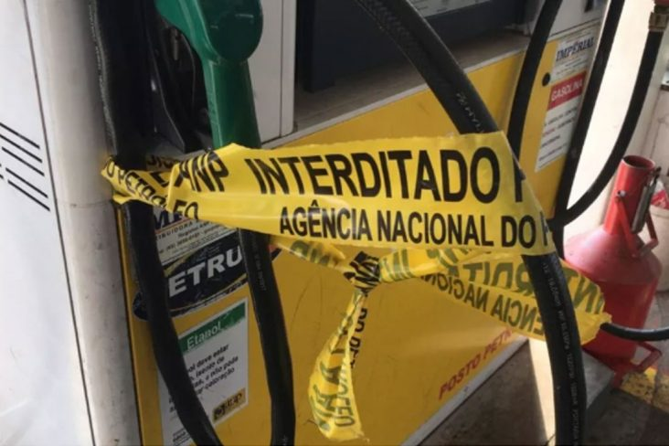 """faixa de """"interditado"""" pela ANP em bomba de postos de combustível"""
