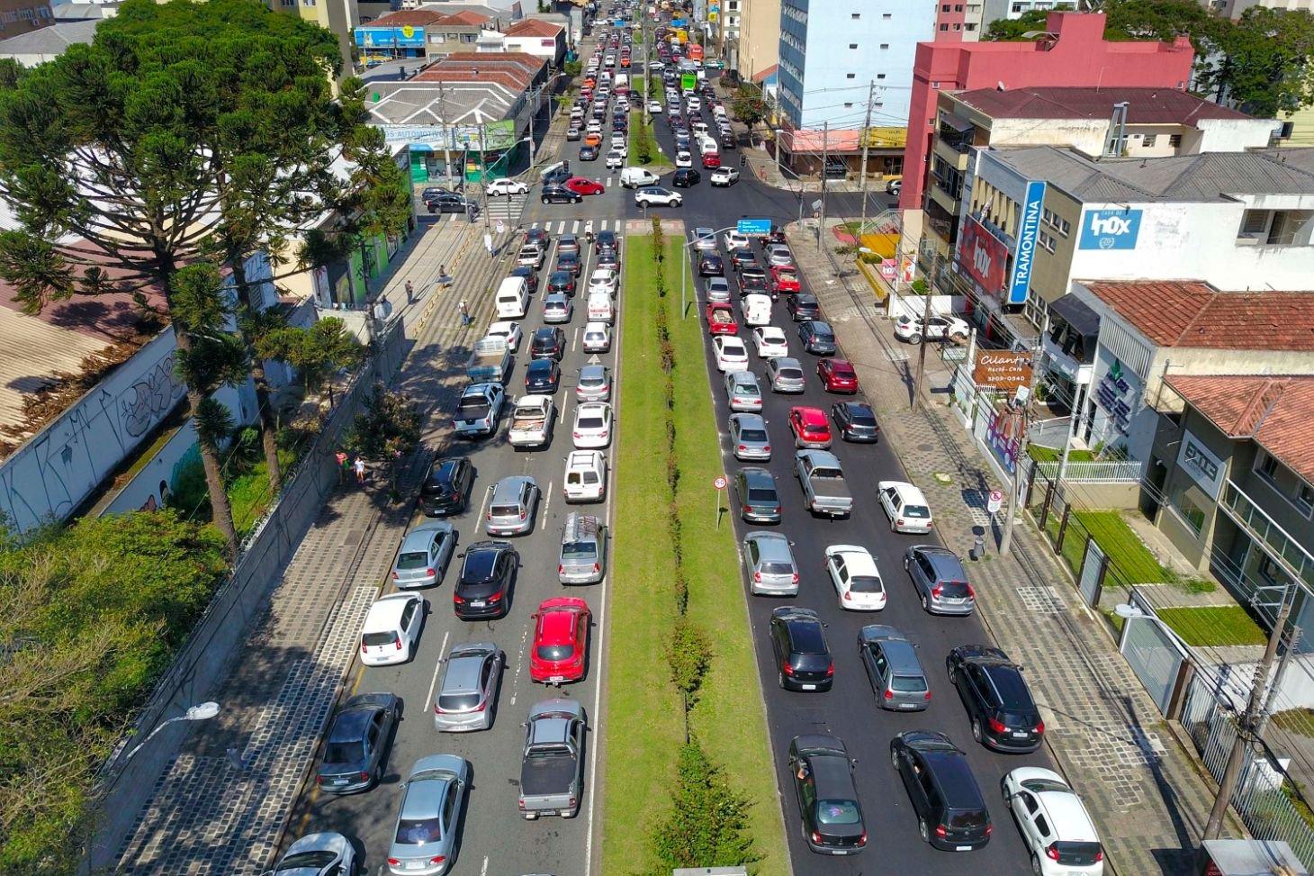 transito no parana congestionamento de automóveis em avenida
