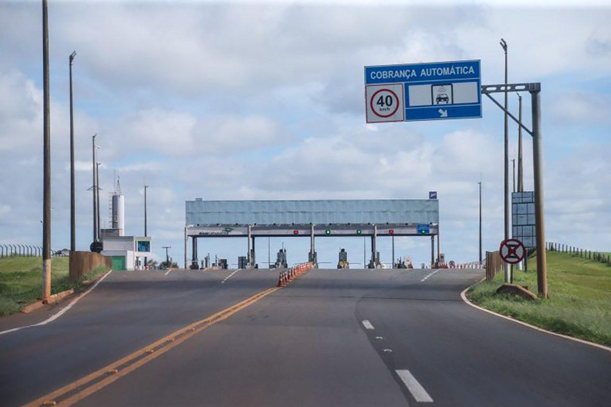 posto de pedagio e visto ao fim de rodovia de mao dupla com placa onde se le cobranca automatica geraldo bubniak agencia de noticias do parana