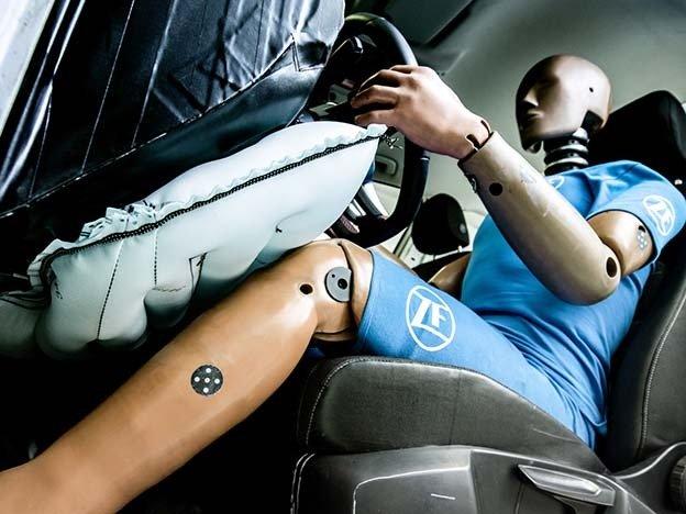 Sistema de airbag de joelho em funcionamento no carro