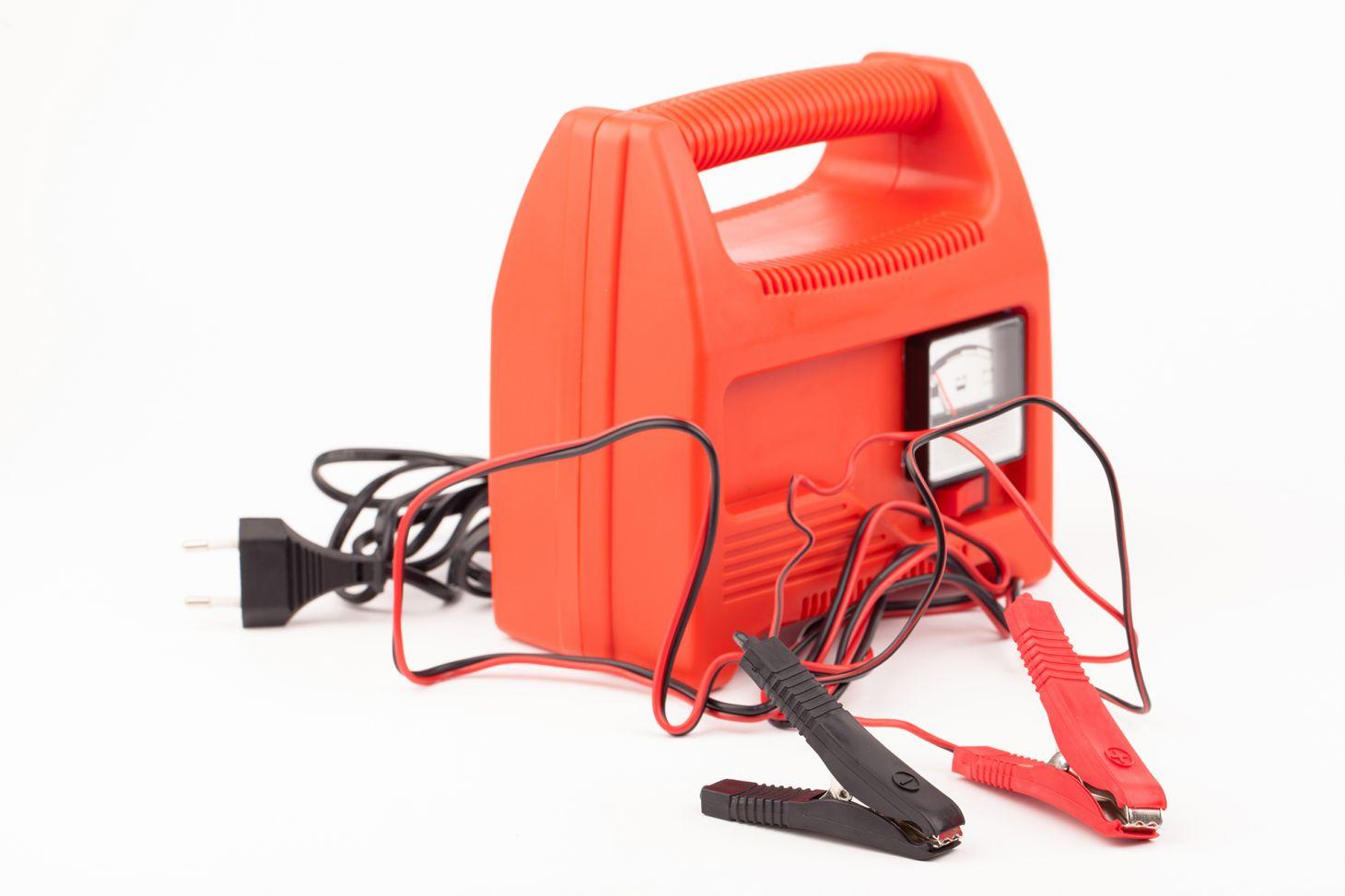 carregador de bateria de carro portatil vermelho sem marca com cabos para ligar na tomada e na bateria
