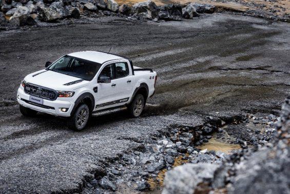 ford ranger 2020 storm na cor branca andando em uma estrada de terra visao tres quartos dianteira