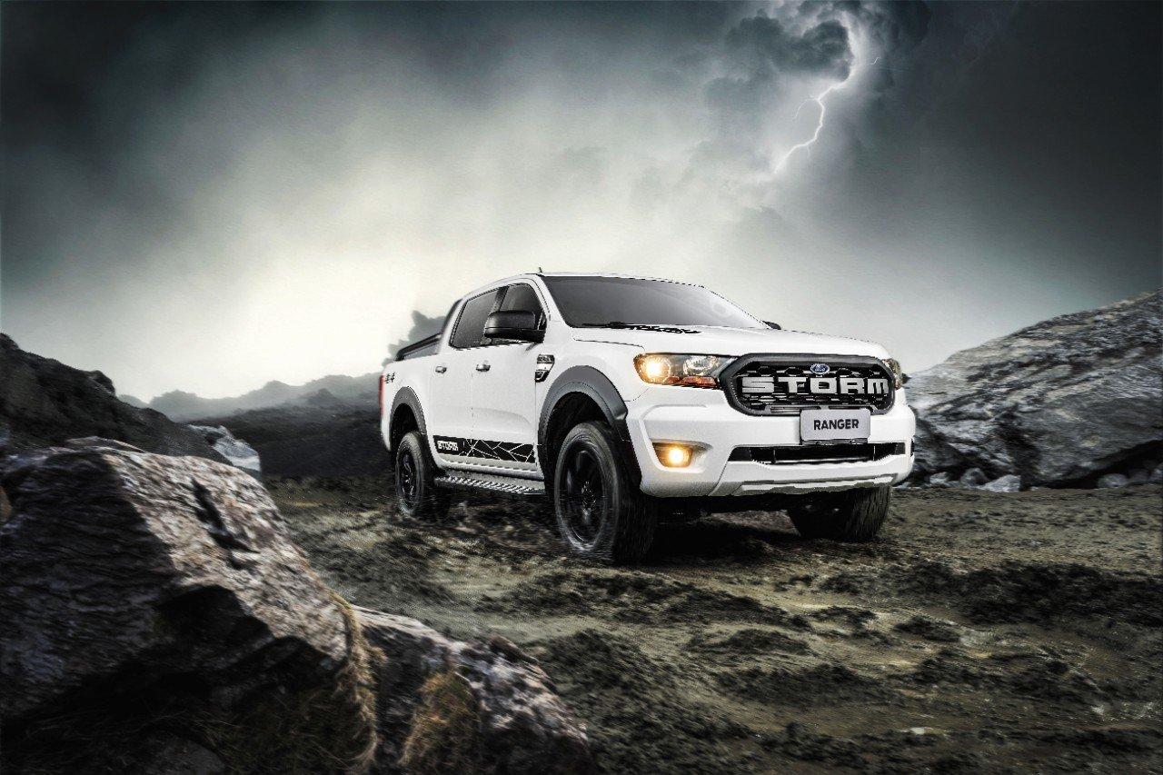 ford ranger 2020 storm na cor branca sobre uma montanha com ceu nublado acima