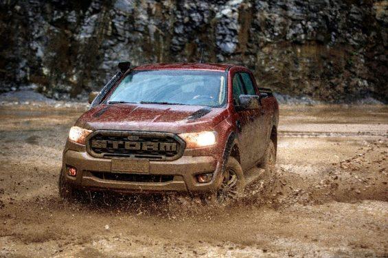ford ranger 2020 storm na cor vermelha vista pela dianteira andando na lama