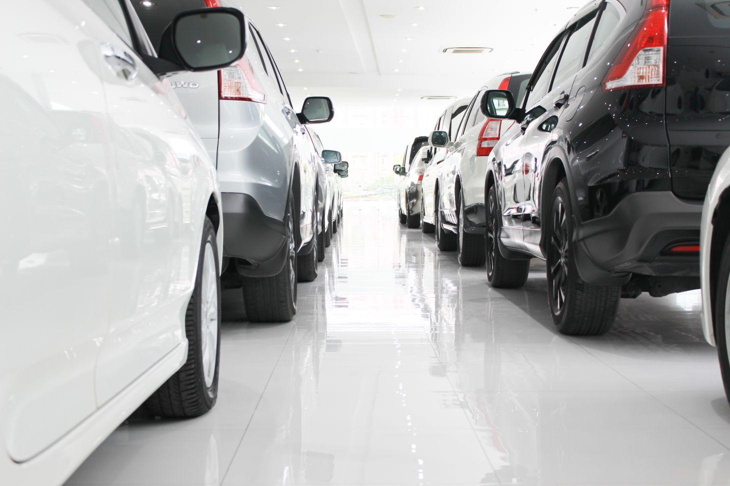 estoque concessionaria venda de carros suvs preto prata branco fila de carros shutterstock