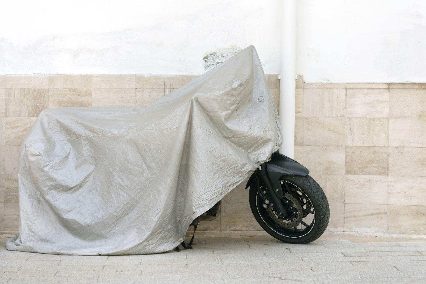 moto coberta por capa shutterstock
