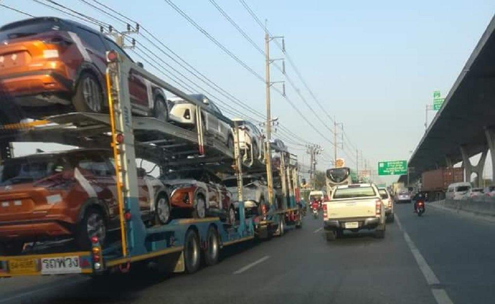 Novo Nissan Kicks reestilizado é flagrado sem camuflagem em cima de cegonheira na Índia